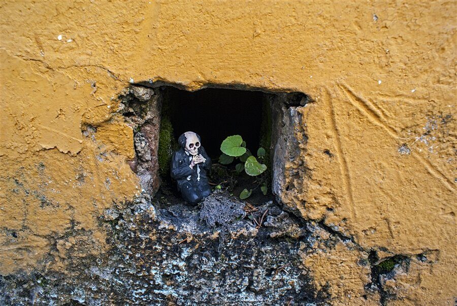 street-art-statuine-figure-cemento-scheletri-cement-eclipses-isaac-cordal-6-keb