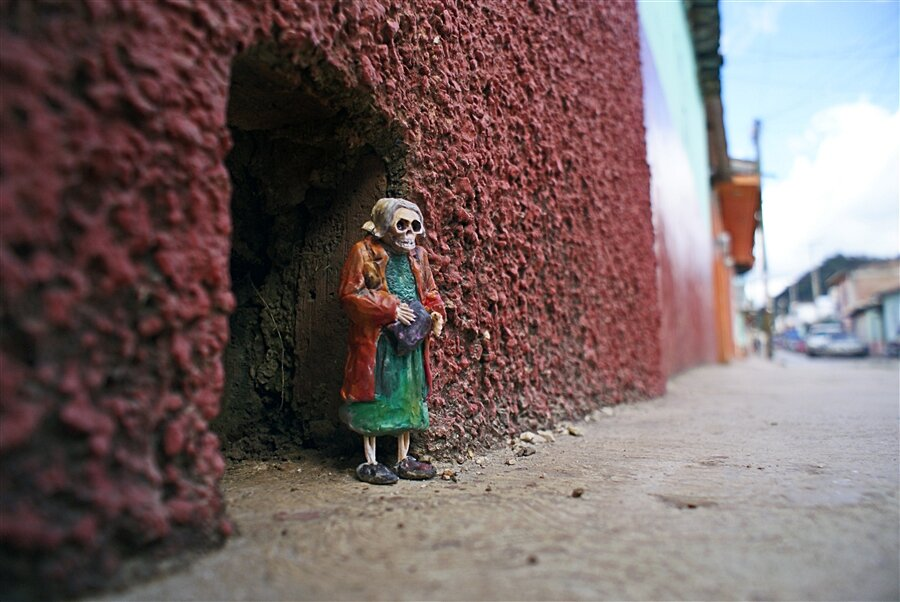 street-art-statuine-figure-cemento-scheletri-cement-eclipses-isaac-cordal-7-keb