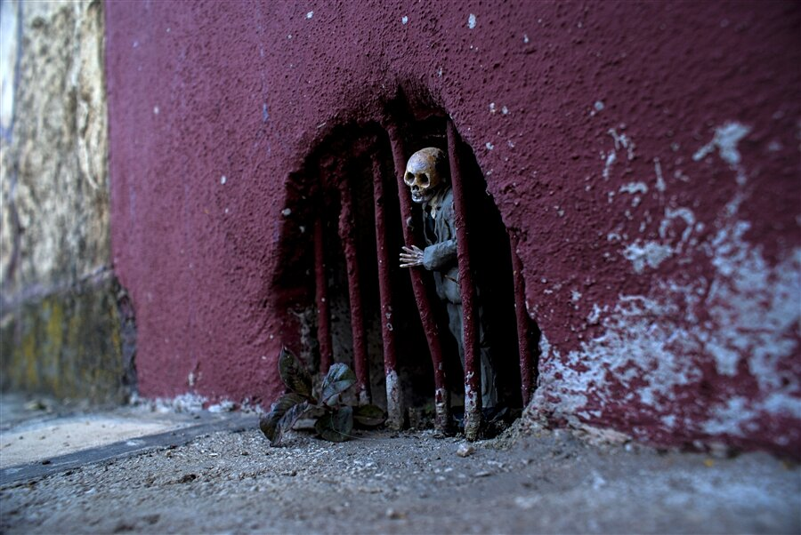 street-art-statuine-figure-cemento-scheletri-cement-eclipses-isaac-cordal-8-keb