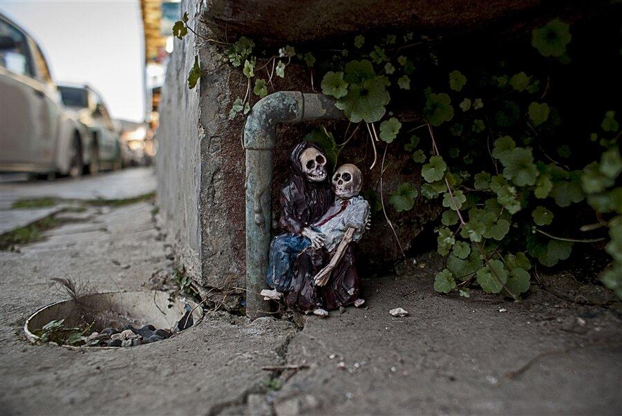 street-art-statuine-figure-cemento-scheletri-cement-eclipses-isaac-cordal-9-keb