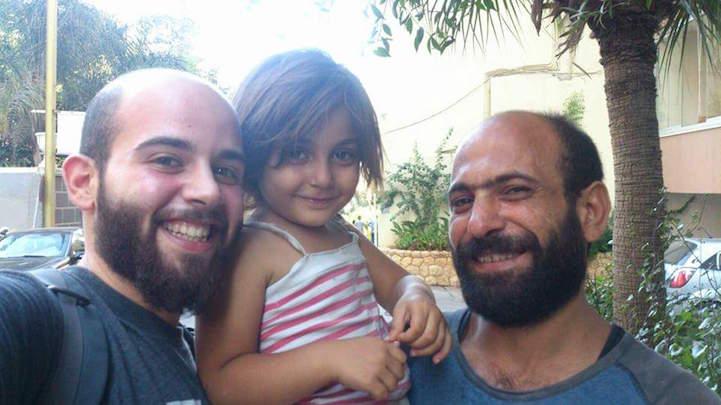 uomo-vende-penne-a-sfera-per-strada-figlia-in-braccio-dorme-abdul-haleem-al-kader-2