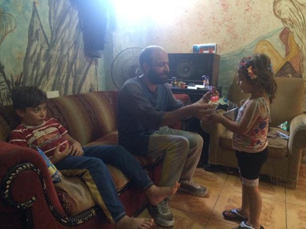 uomo-vende-penne-a-sfera-per-strada-figlia-in-braccio-dorme-abdul-haleem-al-kader-3