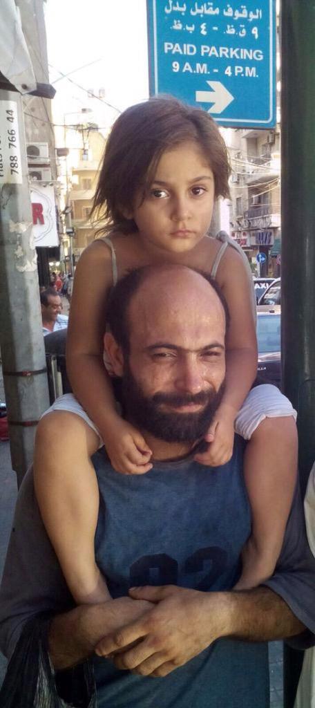 uomo-vende-penne-a-sfera-per-strada-figlia-in-braccio-dorme-abdul-haleem-al-kader-4