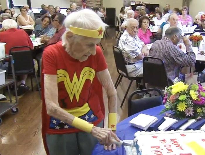 103enne-anziana-vestito-wonder-woman-compleanno-1
