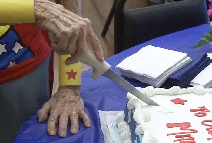 103enne-anziana-vestito-wonder-woman-compleanno-2