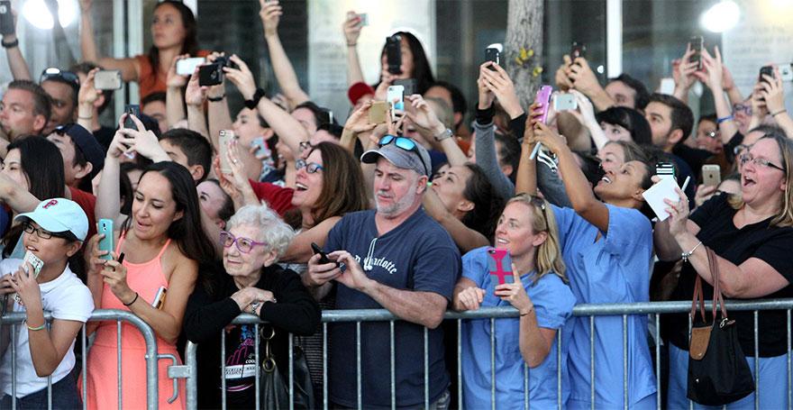 folla-accoglie-star-smartphone-tranne-signora-anziana-2