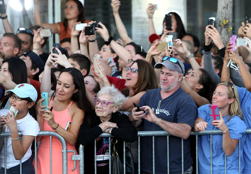 folla-accoglie-star-smartphone-tranne-signora-anziana-3