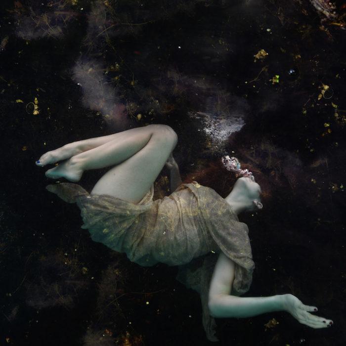 fotografia-surreale-donne-acqua-lola-mitchell-10