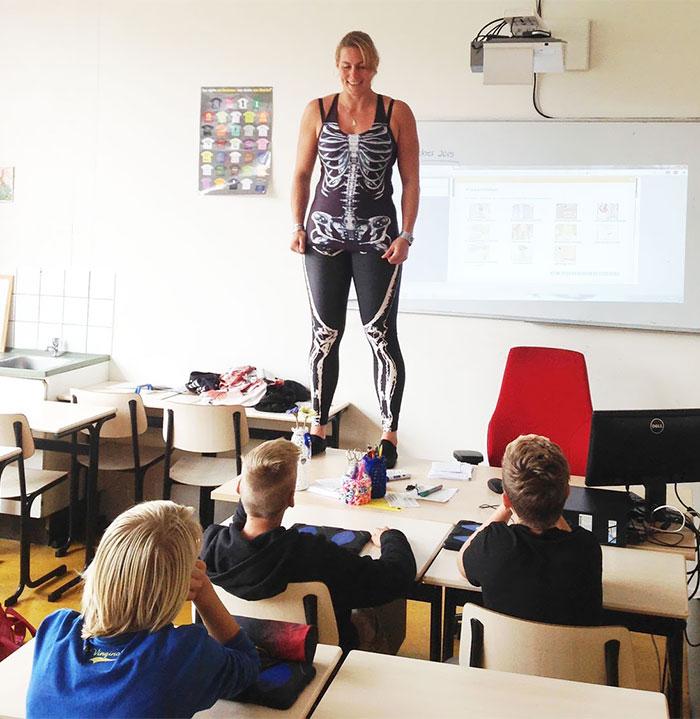 insegnante-biologia-spandex-anatomia-corpo-umano-lezione-debby-heerkens-groene-hart-rijnwoude-3