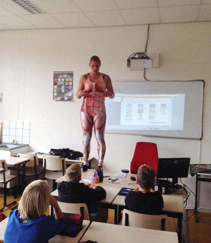 insegnante-biologia-spandex-anatomia-corpo-umano-lezione-debby-heerkens-groene-hart-rijnwoude-4