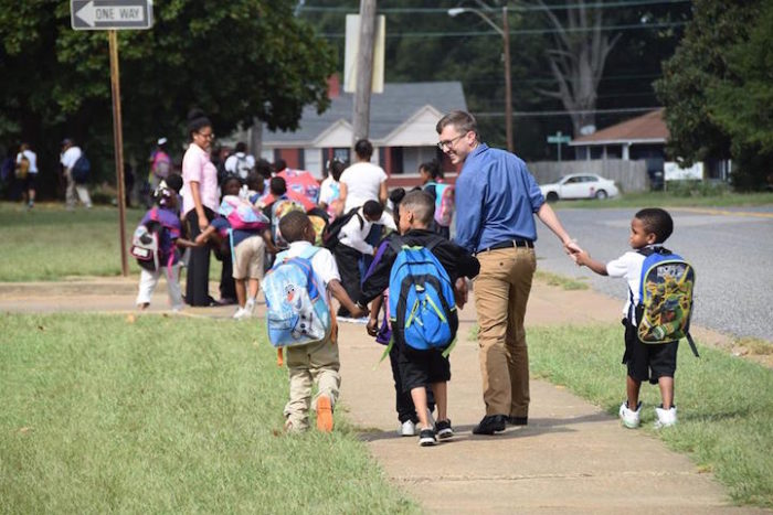 insegnanti-scuola-elementare-accompagnano-bambini-a-casa-kevin-sullivan-1
