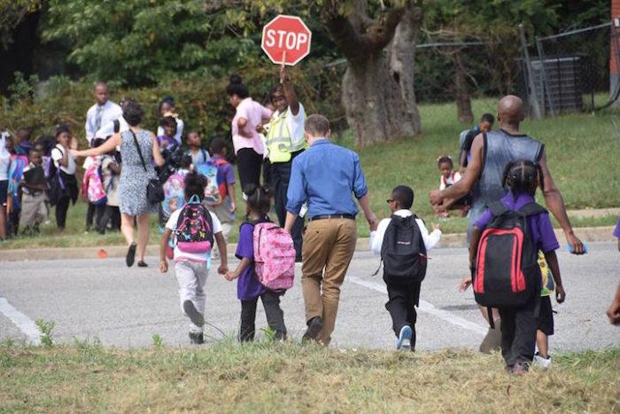 insegnanti-scuola-elementare-accompagnano-bambini-a-casa-kevin-sullivan-5