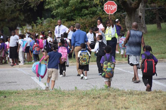 insegnanti-scuola-elementare-accompagnano-bambini-a-casa-kevin-sullivan-6