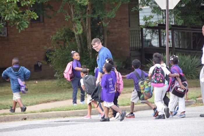 insegnanti-scuola-elementare-accompagnano-bambini-a-casa-kevin-sullivan-7