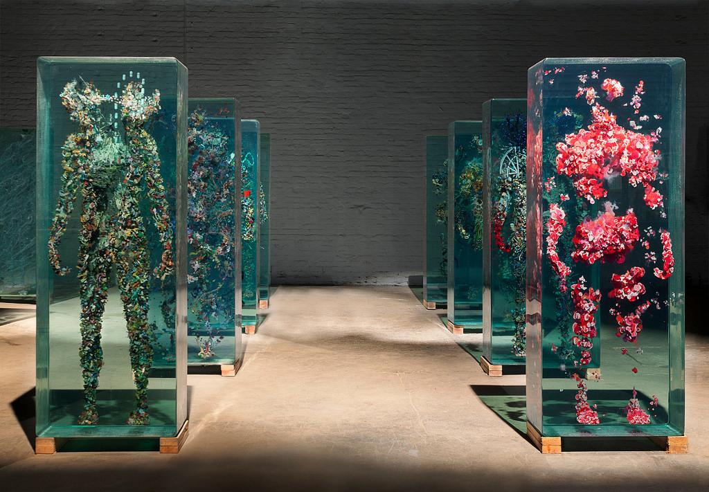 installazione-arte-sculture-figure-umane-vetro-psychogeographies-dustin-yellin-1