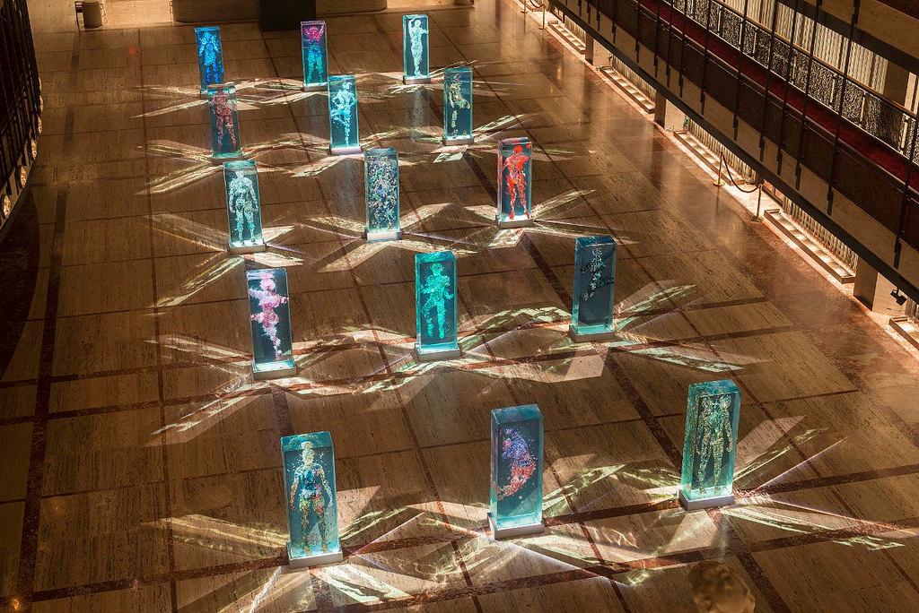 installazione-arte-sculture-figure-umane-vetro-psychogeographies-dustin-yellin-2
