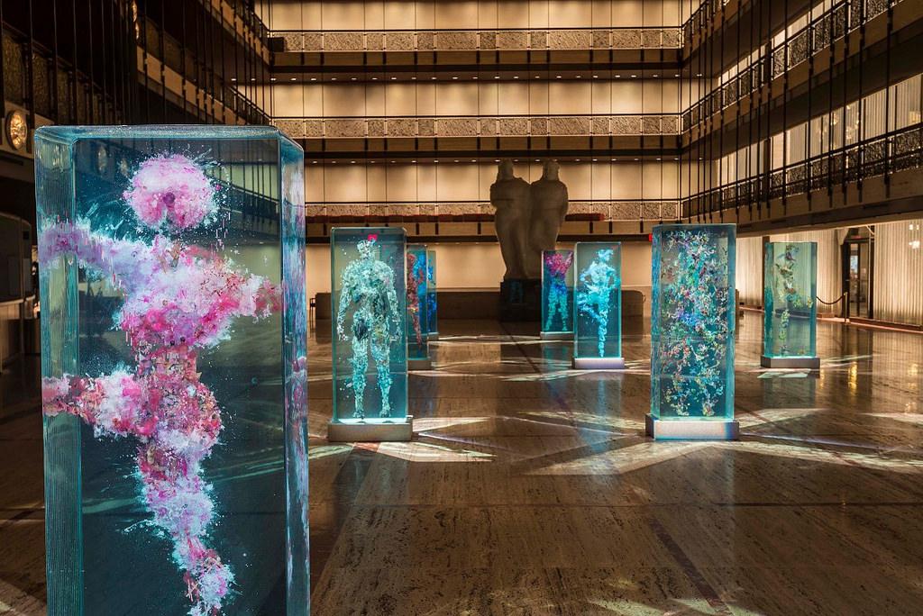 installazione-arte-sculture-figure-umane-vetro-psychogeographies-dustin-yellin-3