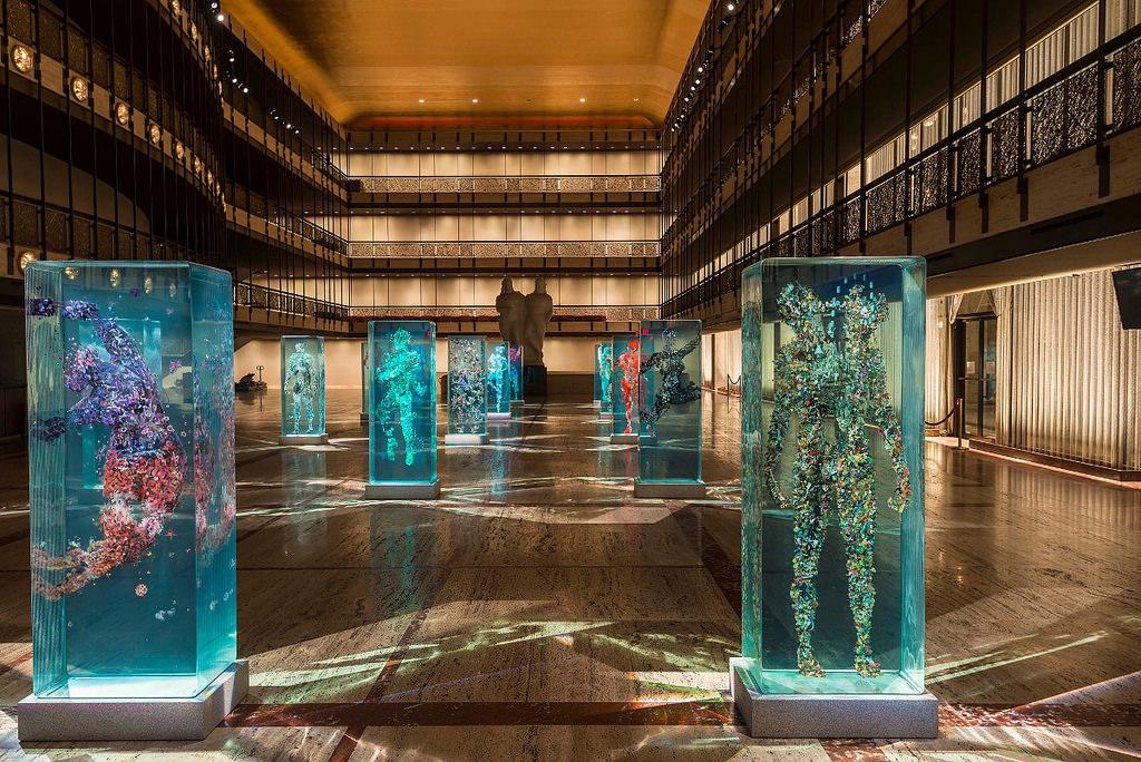 installazione-arte-sculture-figure-umane-vetro-psychogeographies-dustin-yellin-4