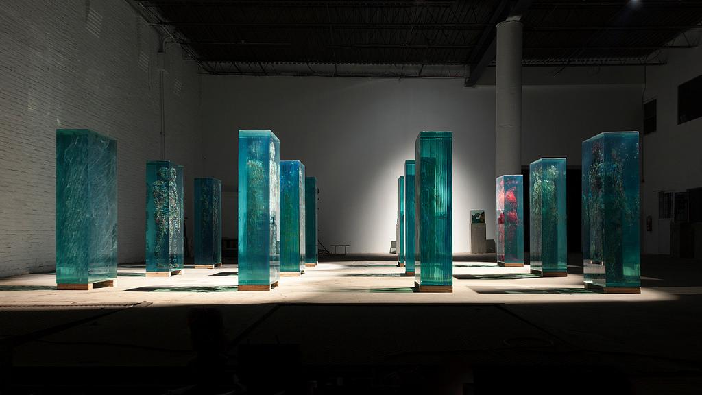 installazione-arte-sculture-figure-umane-vetro-psychogeographies-dustin-yellin-7