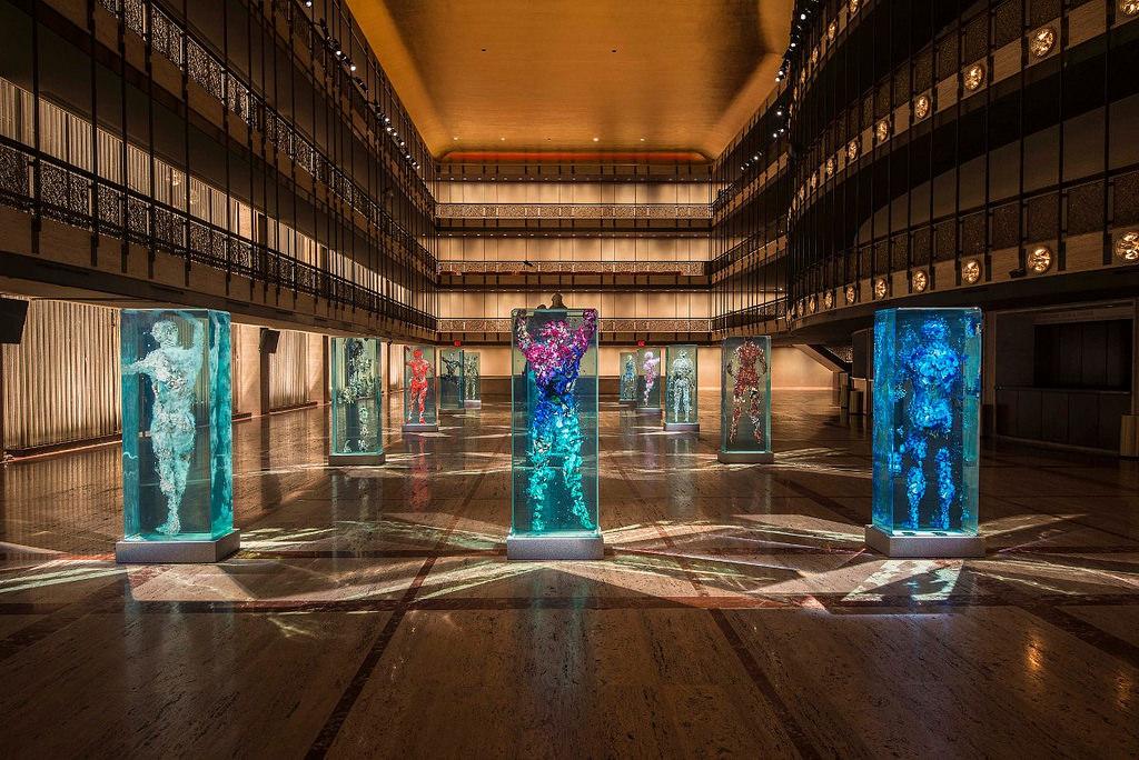 installazione-arte-sculture-figure-umane-vetro-psychogeographies-dustin-yellin-9