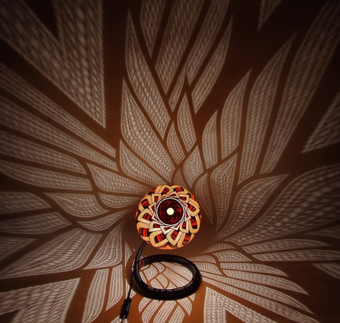 lampade-zucche-incise-a-mano-proiettano-disegni-luce-przemek-krawczynski-01