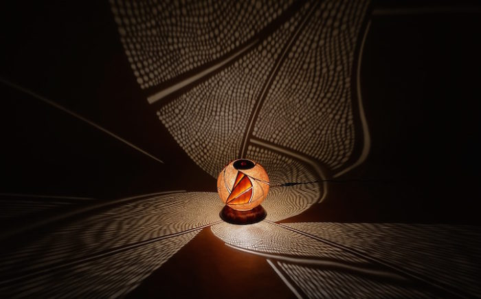 lampade-zucche-incise-a-mano-proiettano-disegni-luce-przemek-krawczynski-03