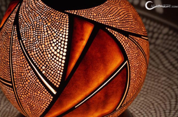 lampade-zucche-incise-a-mano-proiettano-disegni-luce-przemek-krawczynski-04