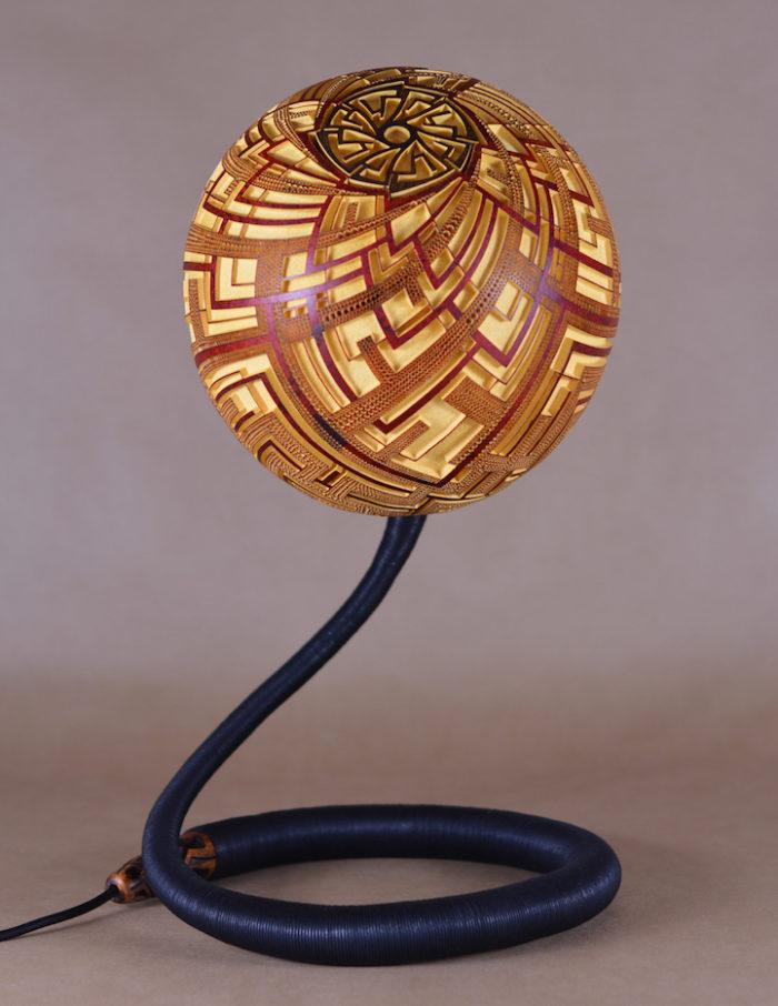 lampade-zucche-incise-a-mano-proiettano-disegni-luce-przemek-krawczynski-05