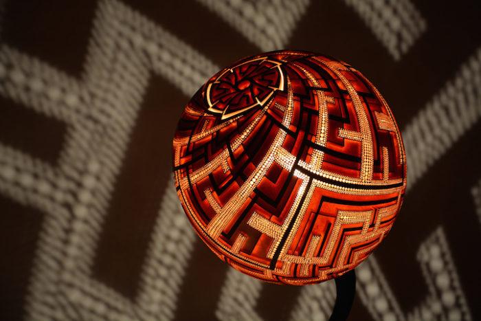 lampade-zucche-incise-a-mano-proiettano-disegni-luce-przemek-krawczynski-07