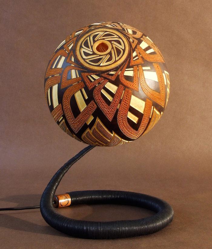 lampade-zucche-incise-a-mano-proiettano-disegni-luce-przemek-krawczynski-08