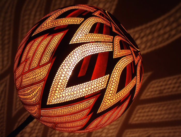 lampade-zucche-incise-a-mano-proiettano-disegni-luce-przemek-krawczynski-09