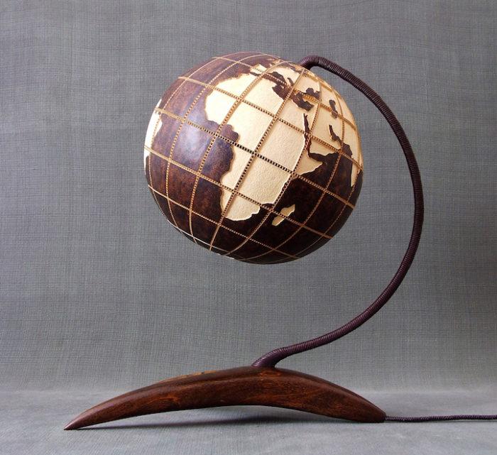 lampade-zucche-incise-a-mano-proiettano-disegni-luce-przemek-krawczynski-10