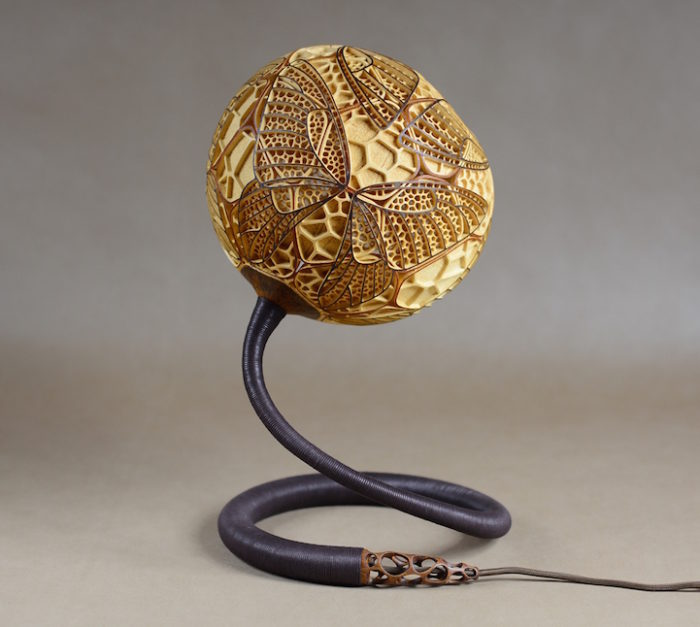 lampade-zucche-incise-a-mano-proiettano-disegni-luce-przemek-krawczynski-13