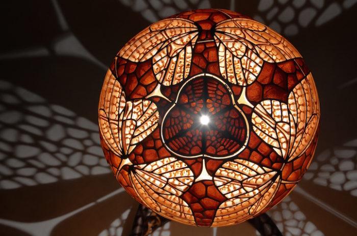 lampade-zucche-incise-a-mano-proiettano-disegni-luce-przemek-krawczynski-15