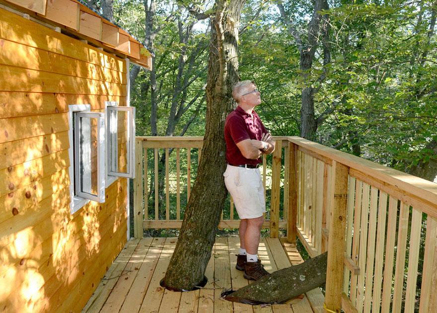nonno-costruisce-casa-albero-3-piani-jay-hewitt-massachusetts-2
