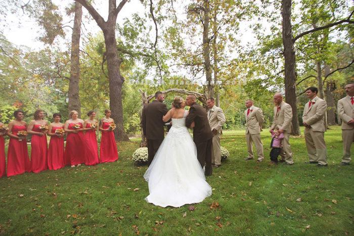 padre-patrigno-accompagnano-figlia-altare-matrimonio-brittany-peck-3