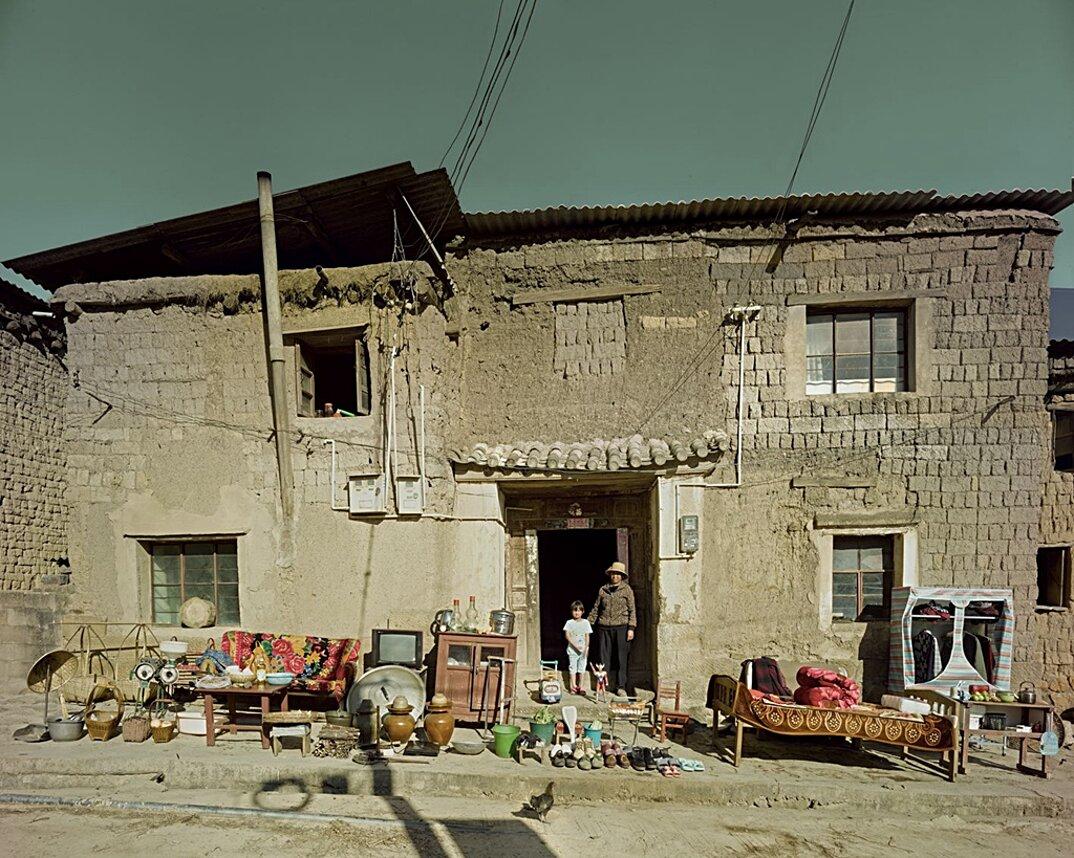 ritratti-famiglie-cina-beni-fuori-casa-fotografia-huang-qingjun-01-keb