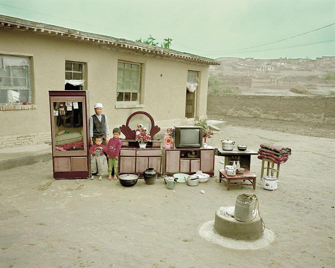 ritratti-famiglie-cina-beni-fuori-casa-fotografia-huang-qingjun-02-keb
