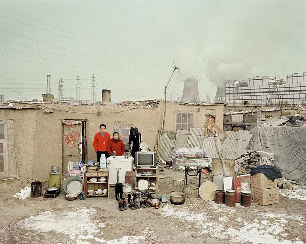 ritratti-famiglie-cina-beni-fuori-casa-fotografia-huang-qingjun-07-keb