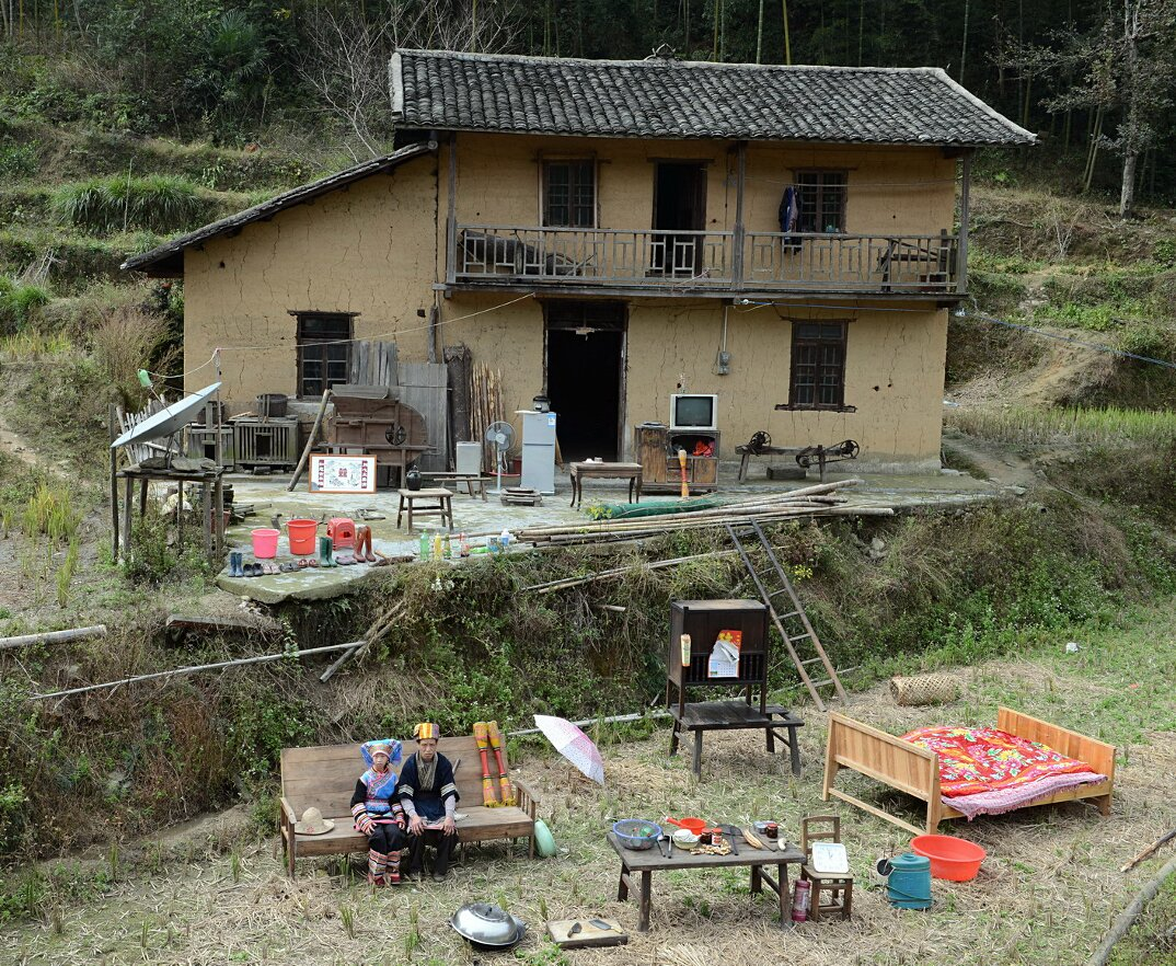 ritratti-famiglie-cina-beni-fuori-casa-fotografia-huang-qingjun-09-keb