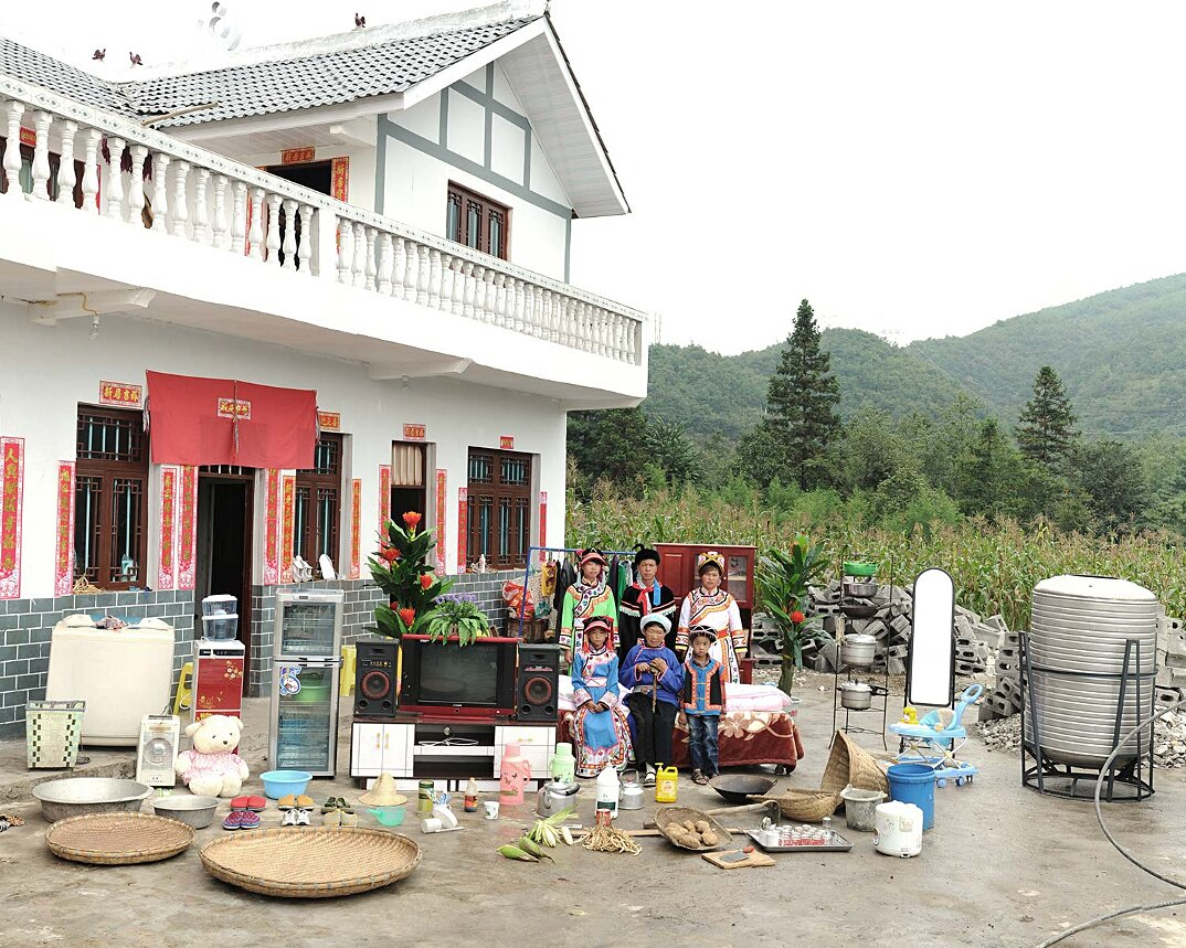 ritratti-famiglie-cina-beni-fuori-casa-fotografia-huang-qingjun-11-keb