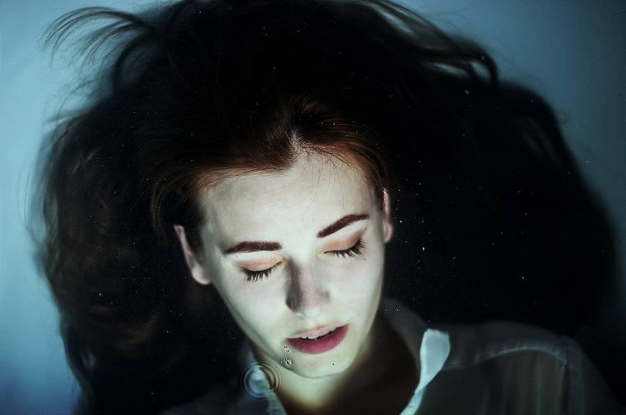 ritratti-fotografie-donne-eteree-ines-rehberger-12