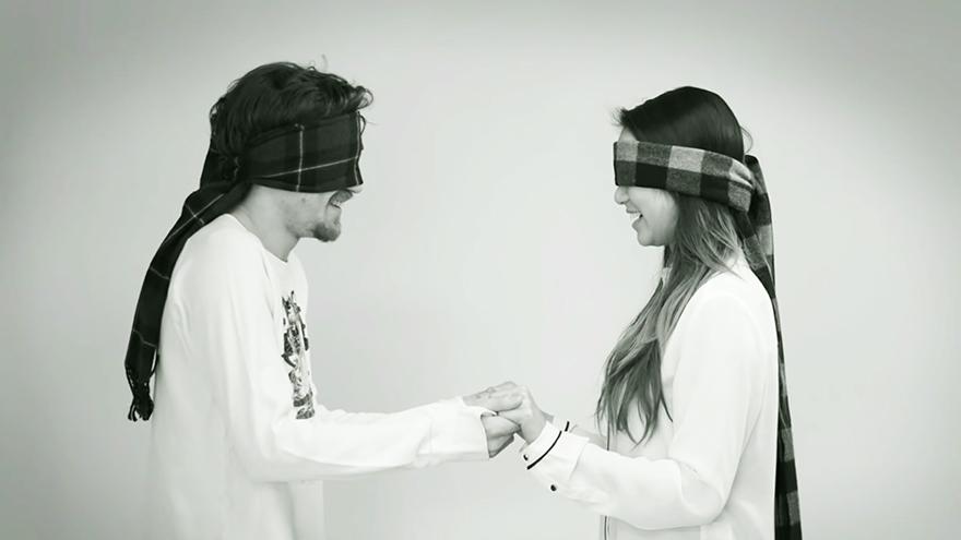 sconosciuti-bendati-si-baciano-kiss-me-now-meet-me-later-video-jordan-oram-2