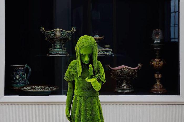 sculture-ceramica-muschio-moss-people-kim-simonsson-1