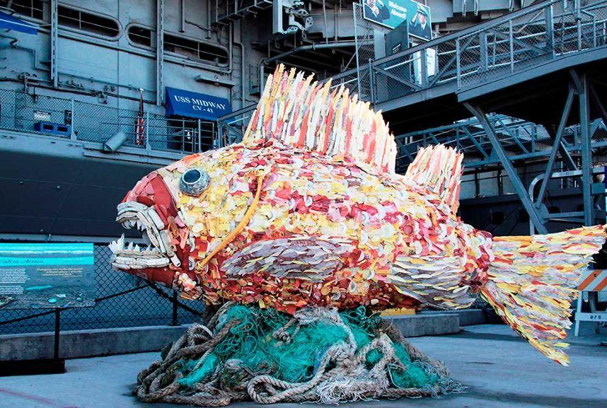 sculture-plastica-riciclata-rifiuti-spazzatura-spiagge-washed-ashore-10