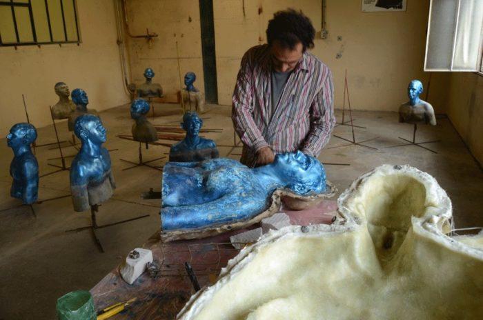 sculture-uomini-blu-cambiamenti-climatici-arte-pedro-marzorati-02