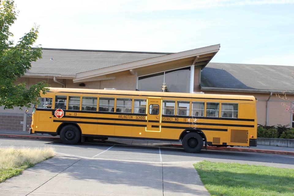 scuolabus-bambini-vecchietta-finestra-louise-edlen-1