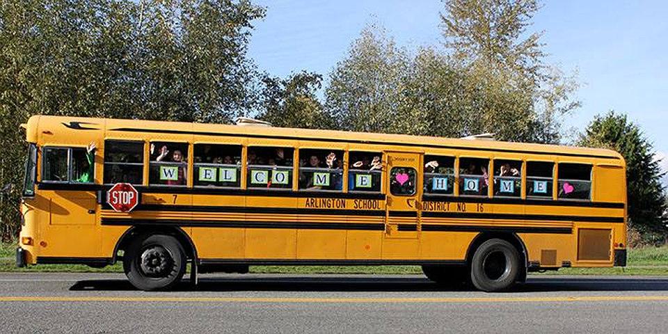 scuolabus-bambini-vecchietta-finestra-louise-edlen-3