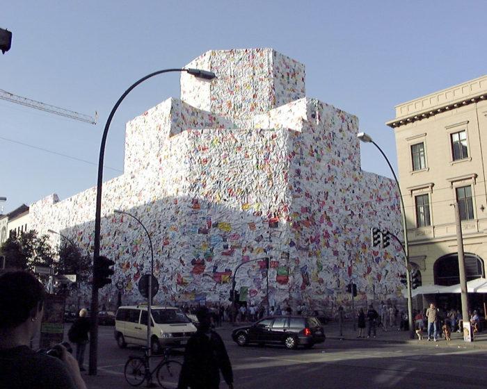 street-art-lettere-amore-berlino-ha-schult-03