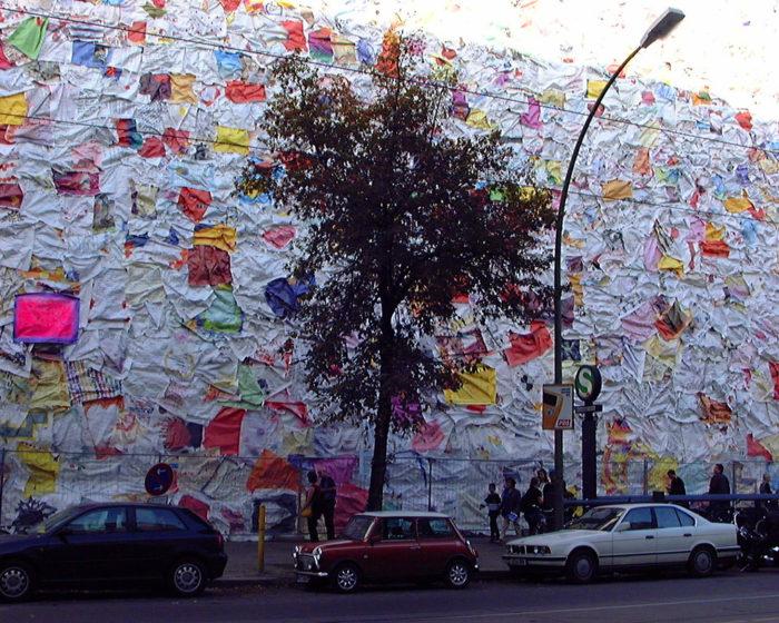 street-art-lettere-amore-berlino-ha-schult-06